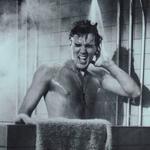 Elvis cantando bajo la ducha